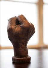 <h5>Duric - 44</h5><p>Duric, Pula I Šaka Skulptura, 17x11 cm Cijena: 1.500,00 kn</p>